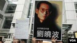 Warga Tiongkok mengusung poster Liu yang diyakini sebagai calon kuat penerima Hadiah Nobel Perdamaian tahun ini.