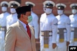 Menteri Pertahanan Indonesia Jenderal Prabowo Subianto disambut pasukan kehormatan India saat berkunjung ke Kementerian Pertahanan India, di New Delhi, 27 Juli 2020. (Foto: Money SHARMA / AFP)