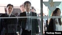 한·일 군사정보보호협정 체결을 위한 2차 실무 협의회 일본 측 실무단이 9일 한국 국방부 건물 본관에 들어서고 있다.