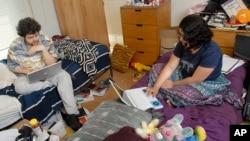 2008年4月24日,学生们在康涅狄格州米德尔敦的卫斯理大学的宿舍里上网。