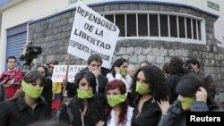 Jóvenes protestan en Quito contra el acoso a la prensa libre por el presidente ecuatoriano Rafael Correa.