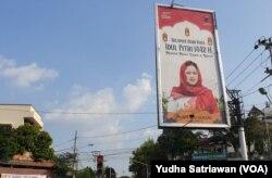 Baliho bergambar ketua DPP PDIP sekaligus ketua DPR RI Puan Maharani terpasang di berbagai sudut kota Solo, Rabu (26/5). (Foto: VOA/ Yudha Satriawan)