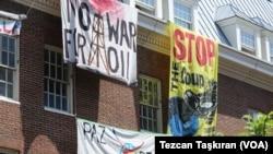资料照:被支持马杜罗的抗议者占据的委内瑞拉大使馆。