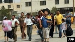 拿着行李的巴勒斯坦人通过埃及新开放的边界