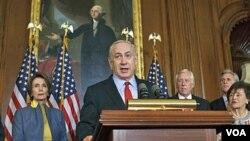 PM Israel Benyamin Netanyahu, didampingi beberapa anggota DPR dalam jumpa pers di Capitol Hill, Washington (6/3).