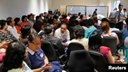 印尼亞洲航空公司飛機失蹤,大批旅客親屬在泗水機場大堂等候消息。