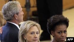 Ngoại trưởng Clinton (trái) Ðệ nhất Phu nhân Michell Obama và cựu Tổng thống Bush (sau) dự tang lễ cựu Ðệ nhất Phu nhân Betty Ford