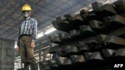 Công nhân làm việc tại nhà máy thép ở tỉnh Bắc Ninh