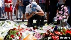 Seorang pria berduka di dekat TKP serangan teror yang melibatkan sebuah truk bermuatan alat peledak pada hari kemerdekaan Perancis Kamis (14/7).