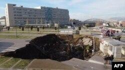 Lubang besar di lapangan parkir rumah sakit Ospedale del Mare, di pinggiran kota Napoli, 8 Januari 2021.