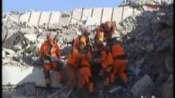 搜救人员搜寻土耳其地震幸存者