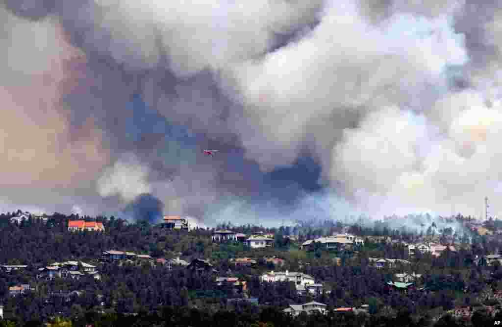 Khói bốc lên từ một đám cháy rừng gần Colorado Springs, Colorado, hôm 24-6-2012.