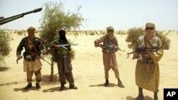 Militan Islamis Mali, Ansar Dine di padang pasir di luar Timbuktu (foto: dok). Pasukan Mali menuju Timbuktu untuk menggempur militan Islam.