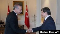 Adalet ve Kalkınma Partisi iktidarı sırasında geçmişte Başbakan Erdoğan'a dış politika baş danışmanlığı yapan Ahmet Davutoğlu, sonraki yıllarda Dışişleri Bakanlığı ve geçen yıl da Başbakanlık görevlerine geldi.