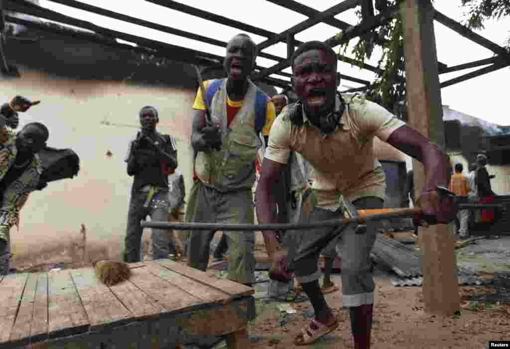 Christians loot a mosque in Bangui December 10, 2013. REUTERS/Emmanuel Braun