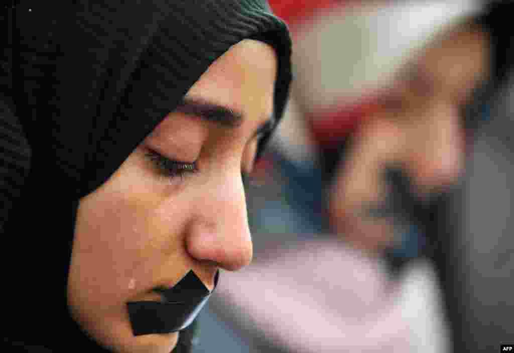 Seorang perempuan Muslim Bosnia menangis saat mengikuti demonstrasi ribuan Muslim untuk memrotes pembunuhan di Aleppo, Suriah, dalam aksi di Sarajevo, Bosnia.