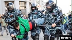 俄罗斯警察2019年8月10日在莫斯科逮捕反政府示威者。