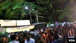 Massa dari Ormas mengepung asrama mahasiswa Papua di Jalan Kalasan Surabaya (foto: Petrus Riski/VoA).