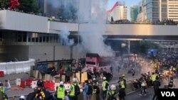 警方周一下午向金鐘政府總部外的示威者發射催淚彈。(美國之音海彥攝)