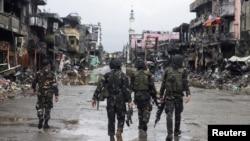 Các lực lượng chính phủ đi vào khu vực bị tàn phá ở thành phố Marawi, Philippines, ngày 17/10/2017.
