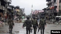 កងកម្លាំងរដ្ឋាភិបាលឆ្លងកាត់អគារបាក់បែកនៅ Datu Sa Dansalan ទីក្រុង Marawi city ភាគខាងត្បូងប្រទេសហ្វីលីពីនកាលពីថ្ងៃទី១៧ តុលា ២០១៧៕