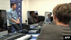 Молоді музиканти обмінюються досвідом у літньому таборі у Лос-Анджелесі