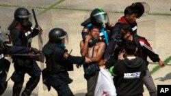 26일 태국 방콕 종합운동장 주변에서 반정부 시위가 계속된 가운데, 경찰이 시위대 1명을 연행하고 있다. 이 날 시위대와 경찰의 충돌로 경찰 1명이 사망했다.