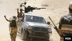 Pemberontak Libya di daerah dekat kota Bir Ghanam, sekitar 100 kilometer di selatan ibukota Tripoli (30/6).
