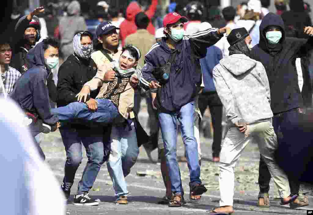 حامیان نامزد رقیب در انتخابات اندونزی بعد از اعلام شکست شان به خیابان آمدند و با پلیس درگیر شدند.
