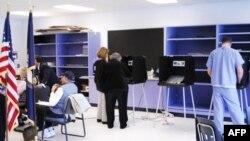 Gradjani glasaju na jednom biračkom mestu