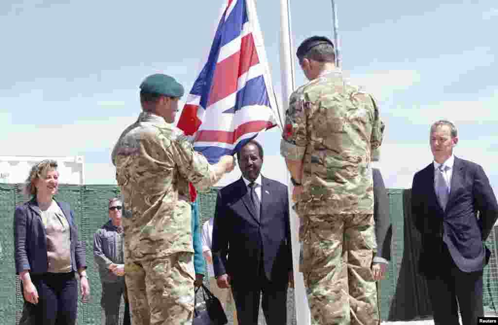 Askar calanka Britain ka taagaysa goobta Britain ay ka furtay safaaradda cusub.