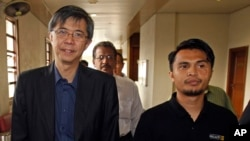 FILE - Malaysian opposition leader Tian Chua, left, and student activist Safwan Anang arrive at a court house in Kuala Lumpur, Malaysia, May 29, 2013.