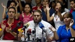 """""""No podemos esperar más. Venezuela no puede esperar más"""", dijo Requesens (centro)."""