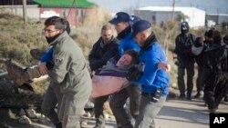 以色列警察驱逐约旦河西岸非法犹太定居点的民众。
