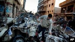 埃及曼蘇爾市一處警察局被炸後佈滿瓦礫廢墟的現場。(2013年12月24日)