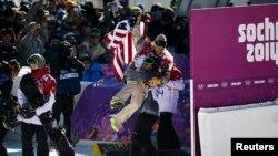 美国年轻选手塞奇·考森博格获得索契冬奥会首金,被队友举起。