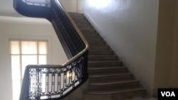 国会进入封锁状态后静悄悄的楼梯(美国之音杨晨拍摄)