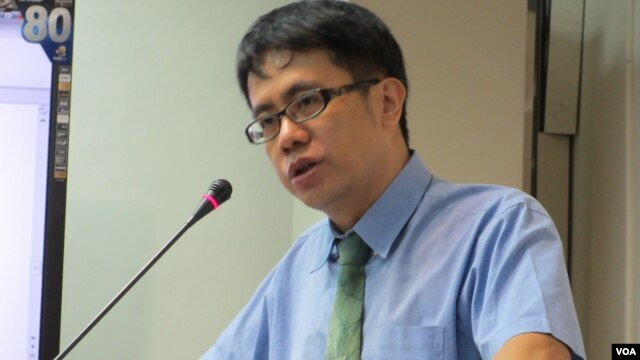 Yan Jue-an member of Taiwan Democracy Watch, speaks at a hearing in Taipei. (For VOA / Z. Yongtai)