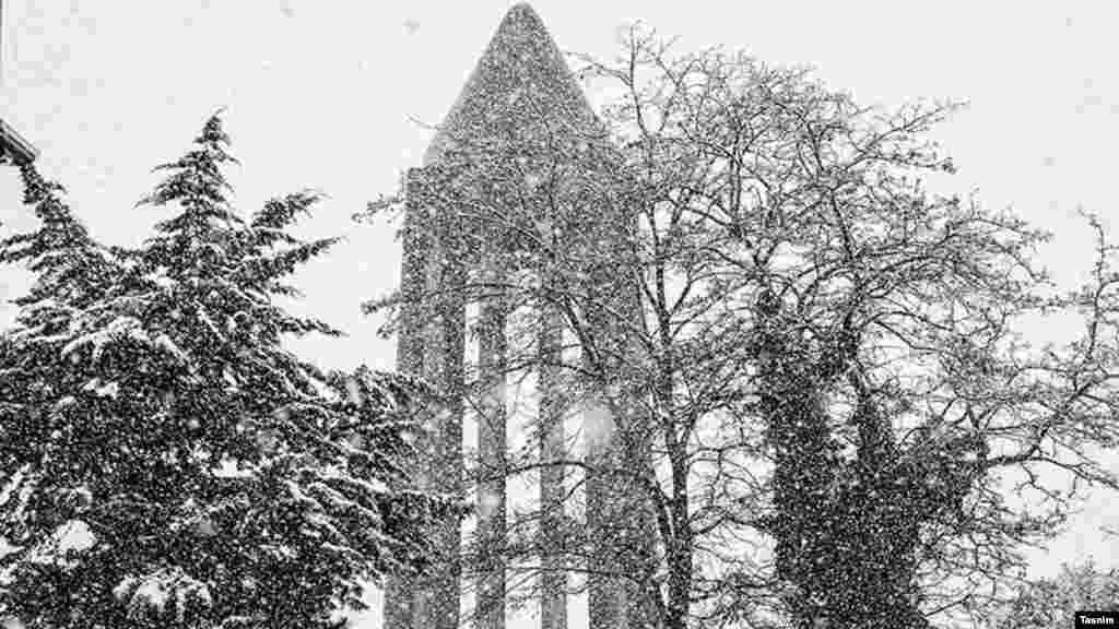 بارش نخستین برف بهاری در سال ۱۳۹۶ در همدان. عکس: عبدالرحمان رافتی