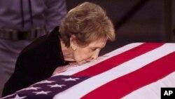 Uno de los momentos más emotivos de la relación entre Nancy Reagan y el expresidente fue el beso de despedida final en la rotonda del Congreso.