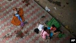 지난달 12일 인도 빈민층 가정이 뉴델리의 길거리에서 노숙자 생활을 하고 있다.