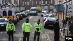 Polisi Inggris memblokade jalan dalam operasi penangkapan tersangka teror di Birmingham (foto: dok).