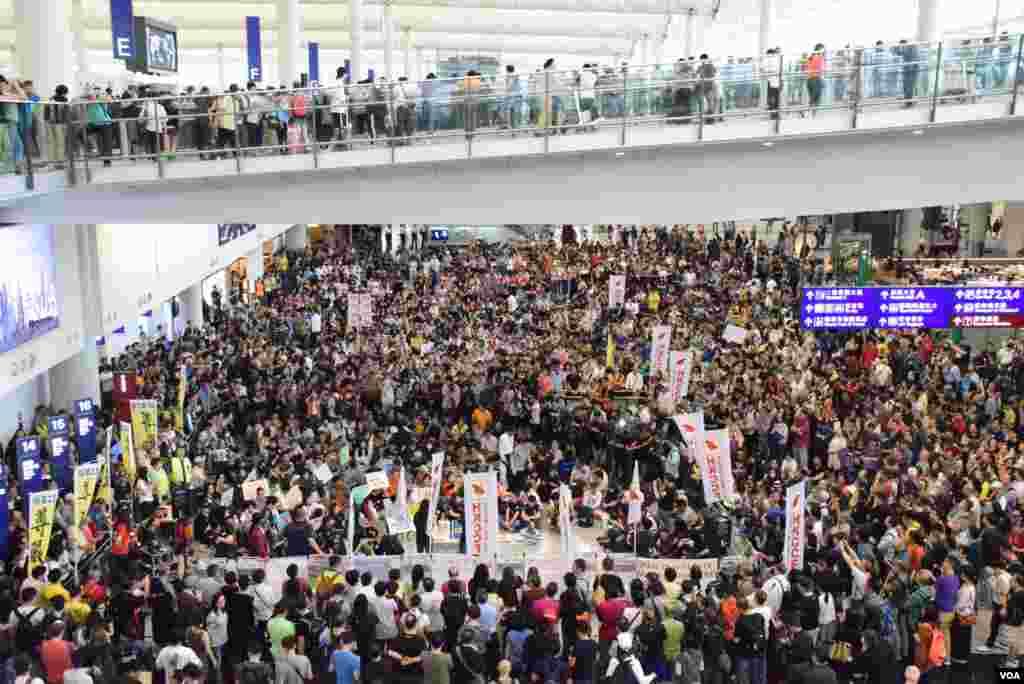 香港空勤人員總工會在香港國際機場發起靜坐集會有2,500人參與。(美國之音湯惠芸攝)