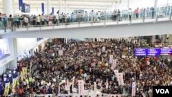 香港機場2500人靜坐 抗議特事特辦破壞安檢準則
