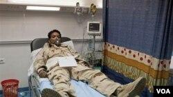 Seorang tentara Libya terbaring menggunakan masker oksigen di rumah sakit akibat serangan sebuah roket.