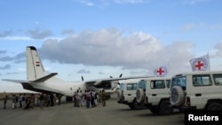 Tim medis dari Palang Merah Internasional dan tentara di bandara Saada, Aljazair (Foto: dok). Tim medis Palang Merah International dilaporkan telah mendarat di ibukota Yaman, Sanaa, Selasa (7/5).