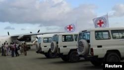 Tim Medis Palang Merah tengah mengevakuasi orang yang terluka di Dammaj, barat laut Yaman (Foto dok).