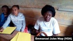 A gauche, Marcelline Odile, candidate pour l'entrée au cycle secondaire, à Yaoundé, le 27 octobre 2017. (VOA/Emmanuel Jules Ntap)