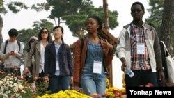지난 16일 한국개발연구원(KDI) 국제정책대학원 외국인 유학생들이 대전 유성구 유림공원에 전시된 국화를 감상하고 있다.