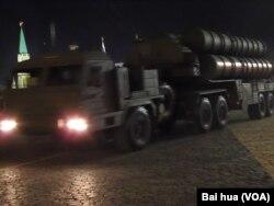 5月4日彩排中的S-45月4日彩排中的S-400防空導彈,中國已同和俄羅斯簽訂購買合同。 (美國之音白樺拍攝)